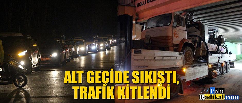 ALT GEÇİDE SIKIŞTI, TRAFİK KİTLENDİ...